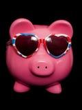 Prosiątko bank jest ubranym zrzeszeniowej dźwigarki serca okulary przeciwsłonecznych Zdjęcia Royalty Free
