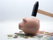 Prosiątko bank który jest wokoło roztrzaskujący z młotem zdjęcie royalty free
