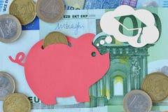 Prosiątko bank marzy o skalowaniu na euro banknotach i monetach - oszczędzanie pieniądze dla skalowania pojęcia obrazy royalty free