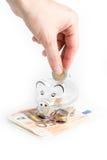 Prosiątko bank, monety i euro rachunki, banknotów czarny kalkulatora pojęcia pieniądze oszczędzanie Banknotu zbliżenie Zdjęcie Stock