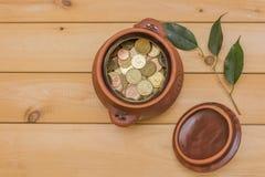 Prosiątko bank pełno monety zdjęcia royalty free