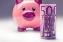 Prosiątko bank Różowy prosiątka save i Pięćset Euro banknotów fotografia tonująca Zdjęcia Stock