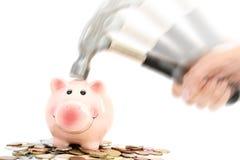 Prosiątko bank rozbijał lub hamował młotem na pieniądze stosu proponowania kryzysie finansowym Obraz Royalty Free
