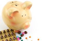 Prosiątko bank z medycznymi łatami i pigułkami Zdjęcia Stock