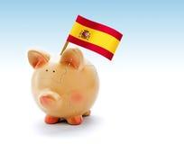 Prosiątko bank z pęknięciami i flaga państowowa Hiszpania obrazy royalty free