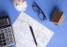 Prosiątko banka kalkulator i dom zdjęcia royalty free