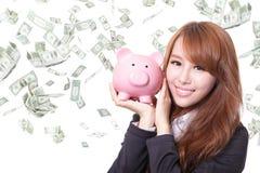 Prosiątko banka savings kobiety ono uśmiecha się szczęśliwy fotografia stock