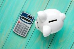 Prosiątko bank i kalkulator, odgórny widok Obrazy Royalty Free