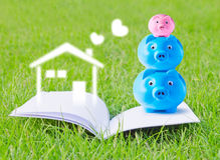 Prosiątko banka rodzina na broszurze Obrazy Stock