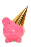 Prosiątko bank jest ubranym złoto partyjnego kapelusz Obrazy Royalty Free