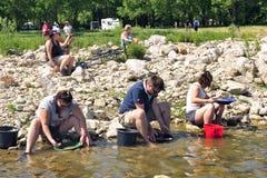 Prospecteurs d'or de tous les âges sur les banques de la rivière de Gardon Images libres de droits