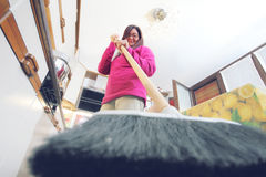 Prospectieve kat Een vrouw jaagt een kat van de keuken weg stock foto's