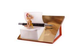 Prospectos de papel en un pedestal dorado en un fondo blanco Fotos de archivo
