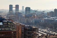 Prospekt de Leningradsky à Moscou dans le jour avec le brouillard enfumé Image libre de droits