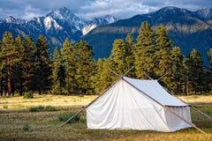 Prospektoren Zelt und Mountain View Stockfotos