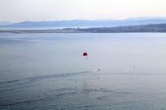 Prospettiva aerea del mare, del раrasailing e della città Nizza Immagini Stock
