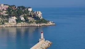 Prospettiva aerea del mare, del faro e del piacevole dalla colata Fotografie Stock