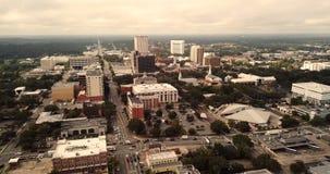 Prospettiva aerea sopra il Campidoglio del centro dello stato di Tallahassee di Florida stock footage