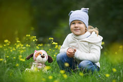 Prospettiva degli animali domestici Il cane ritiene come un giocattolo in mani dei bambini Fotografia Stock