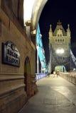 Prospettiva del ponticello della torretta alla notte, Londra, Inghilterra Fotografie Stock