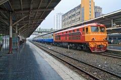 Prospettiva del treno arancione rosso, locomotiva diesel Fotografia Stock Libera da Diritti