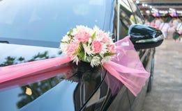 Prospettiva dell'automobile di lusso con i fiori del mazzo fotografia stock libera da diritti