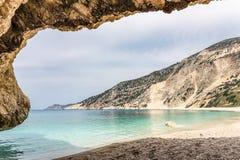 Prospettiva della caverna sulla montagna e sulla spiaggia del mare Immagine Stock