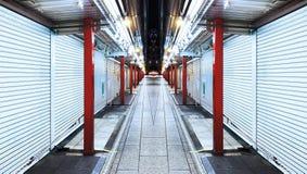 Prospettiva della luce notturna scura senza gente sulla via di simmetria fotografia stock libera da diritti