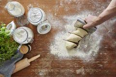 Prospettiva della persona della pasta della pasta del taglio manuale prima Fotografia Stock Libera da Diritti