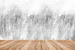 Prospettiva della stanza - parete ruvida bianca del cemento e pavimento di legno, cle Immagini Stock Libere da Diritti