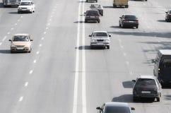 Prospettiva della strada principale con le automobili Fotografie Stock Libere da Diritti