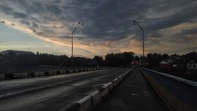 Prospettiva della strada Vista di bellezza del cielo con le nuvole, l'architettura, la foresta ed il paesaggio Immagini Stock Libere da Diritti