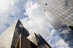 Prospettiva di angolo basso delle costruzioni corporative immagine stock