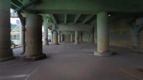 Prospettiva di azionamento sotto la città attraverso la struttura del cemento stock footage