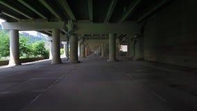 Prospettiva di azionamento sotto la città attraverso la struttura del cemento video d archivio