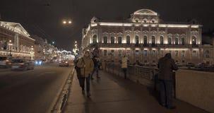 Prospettiva di Nevsky e ponte di Anichkov nella notte St Petersburg, Russia stock footage