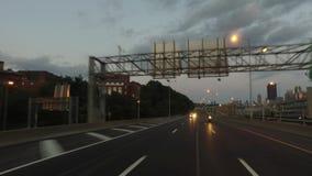 Prospettiva movente inversa a Pittsburgh al crepuscolo archivi video