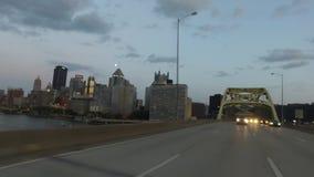 Prospettiva movente inversa sul ponte forte di Duquesne a Pittsburgh stock footage