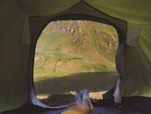 Prospettiva personale del campeggiatore in tenda nelle alpi svizzere immagini stock libere da diritti