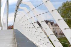 Prospettiva retrocedere sulle inferriate su un ponte fotografie stock