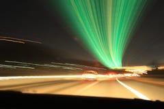 Prospettiva variopinta delle luci notturne della città vaga dall'alta velocità dell'automobile Una striscia di luce, tracce in U. Fotografia Stock