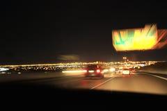 Prospettiva variopinta delle luci notturne della città vaga dall'alta velocità dell'automobile Una striscia di luce, tracce in U. Fotografie Stock