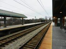 Prospettiva vuota della stazione il giorno nuvoloso Fotografie Stock