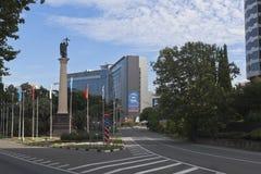Prospetto della località di soggiorno nella città di Soci e la colonna monumentale con una statua dell'arcangelo Michael Fotografie Stock Libere da Diritti