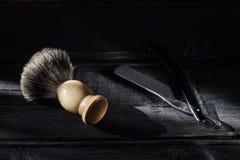 Prosta żyletka i golenia muśnięcie na luksusowym drewnianym tle obraz royalty free