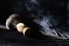 Prosta żyletka i golenia muśnięcie na luksusowym drewnianym tle fotografia royalty free