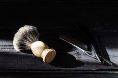 Prosta żyletka i golenia muśnięcie na luksusowym drewnianym tle zdjęcia royalty free