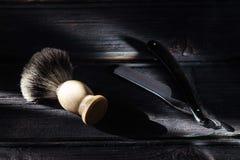Prosta żyletka i golenia muśnięcie na luksusowym drewnianym tle zdjęcie stock