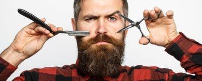 Prosta żyletka, zakład fryzjerski, broda Fryzjerów męskich nożyce Mężczyzna ostrzyżenie Mężczyzna w zakładzie fryzjerskim Brodaty fotografia stock