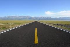 Prosta droga z śnieżnymi górami Obrazy Royalty Free